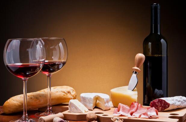 常喝红酒有什么好处?很多人外出都喜欢喝红酒,尤其是女人,喝红酒不仅仅是高大上,对身体还有健康。喝酒我们讲究适可而止,所以在任何时间不都不恶意的酗酒。平时常喝红酒有什么好处?从下面的10个细节,我想大家一定能找出答案来。一起看下吧。   常喝红酒有什么好处   1、你肯定比别人年轻   你们知道吗?