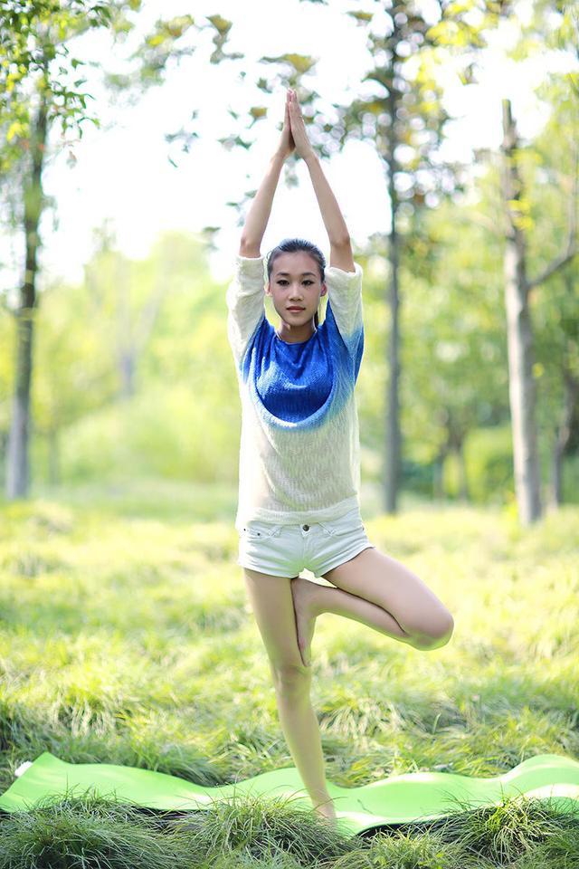 悠靜瑜伽美女,戶外大展瑜伽風情