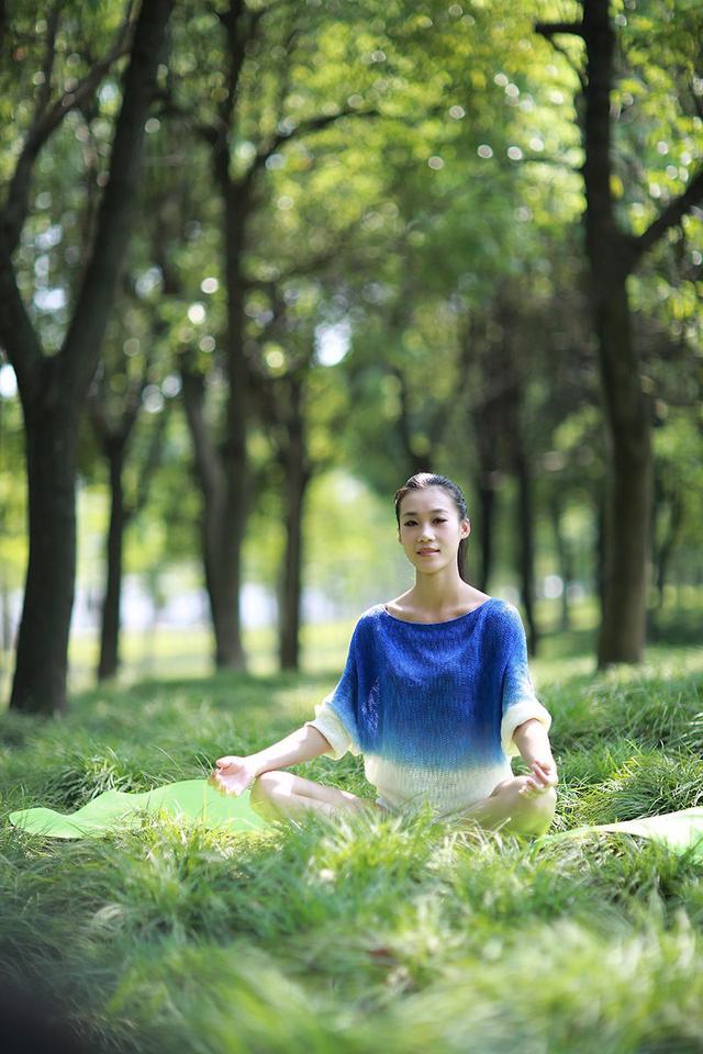 瑜伽美女戶外大秀瑜伽風情 展示高難度動作